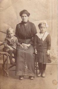 Johanna Munzert, geb. Beyer mit den Kindern Heinrich und Elise